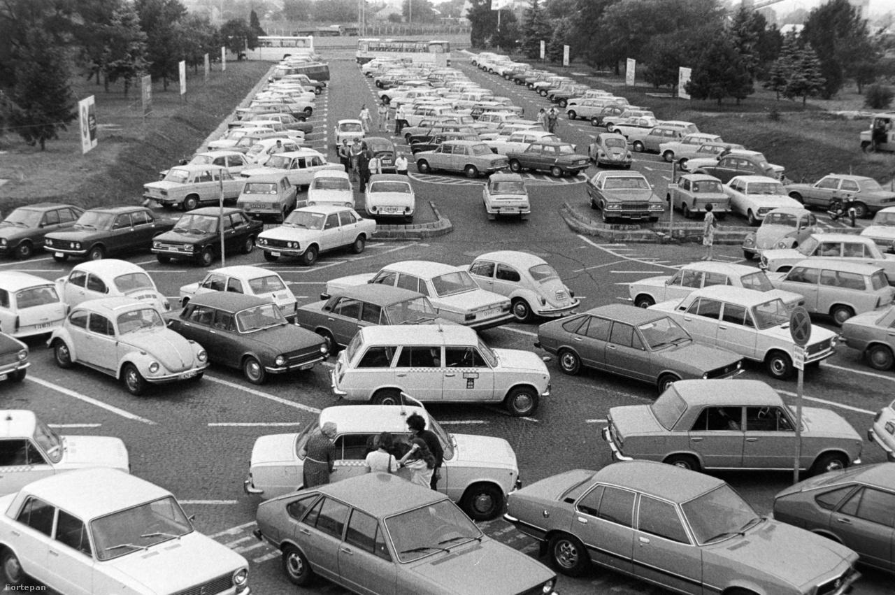 A Ferihegyi repülőtérre is egyre többen hajtottak ki kocsival, aminek az eredményeképpen hamar beteltek a reptéri parkolók is. Az 1977-es képen a Skodák, Zaporozsecek és Ladák mellett komolyabb nyugati autók is feltűnnek, valamint látszanak az ekkor már jelentős reptéri forgalmat bonyolító főtaxisok is.