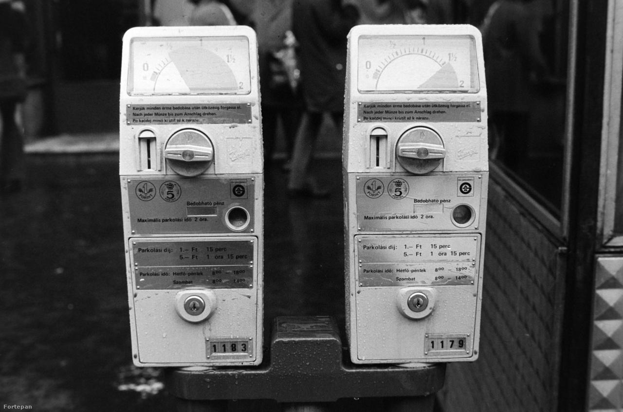 1985-ben már egészen strapabíró parkolóórákat helyeztek ki. Ennek ellenére az üzemeltető gyakran panaszkodott, hogy rágóval, gyufaszállal vandálok - vagy éppen kevés aprópénzzel rendelkezők eldugították a bedobónyílását.