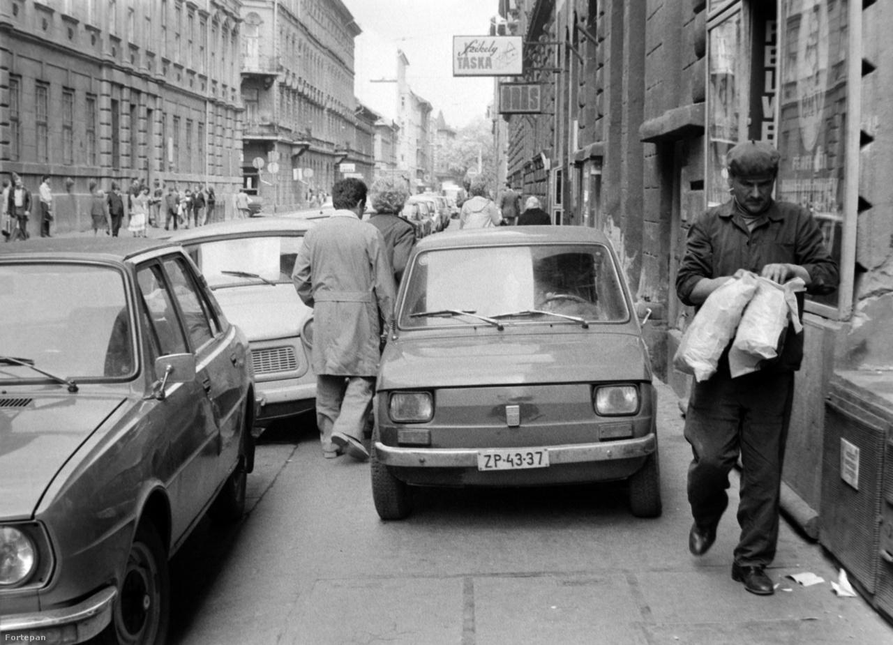 A Magyarországon csak Kispolszkiként ismert Polski Fiat 126, gúnynevén Egérkamion, méreténél fogva az egyik legalkalmasabb autó volt a hetvenes-nyolcvanas években a városi parkolásra, hiszen szinte mindenhova befért. A pofátlanabb sofőrök ezt alaposan ki is használták, a leglehetetlenebb helyekre bekúszva a kocsival - pédául az utcai házfal és a parkoló kocsisor közé. Az alig hatszáz kilós kis kocsinak néha hátrányt jelentett az alacsony súly: ilyenkor a hasonló pofátlanságokon felpaprikázódott néhány markosabb ember csak felkapta, és szorosan behelyezte, mondjuk két fa közé, úgy, hogy se előre, se hátra meg se tudjon moccanni. A módszer egyenértékű volt a kerékbilinccsel.