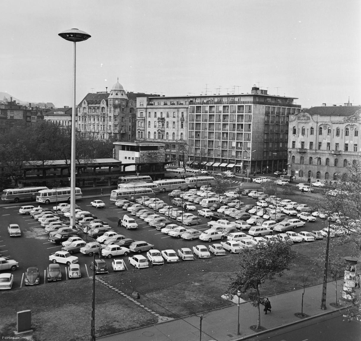 A főváros egyik legnagyobb szabadtéri, közterületi parkolójának az Engels (ma Erzsébet) tér számított sokáig. A kilencvenes években a parkolót a Nemzeti Színház új épülete váltotta volna, de politikai okokból a színházépítés félbeszakadt, és nagy gödör csúfoskodott a helyén évekig, míg végül a színház a Lágymányosi hídnál épült meg, az Erzsébet téri gödröt pedig a Gödör nevű szórakozóhely töltötte ki.