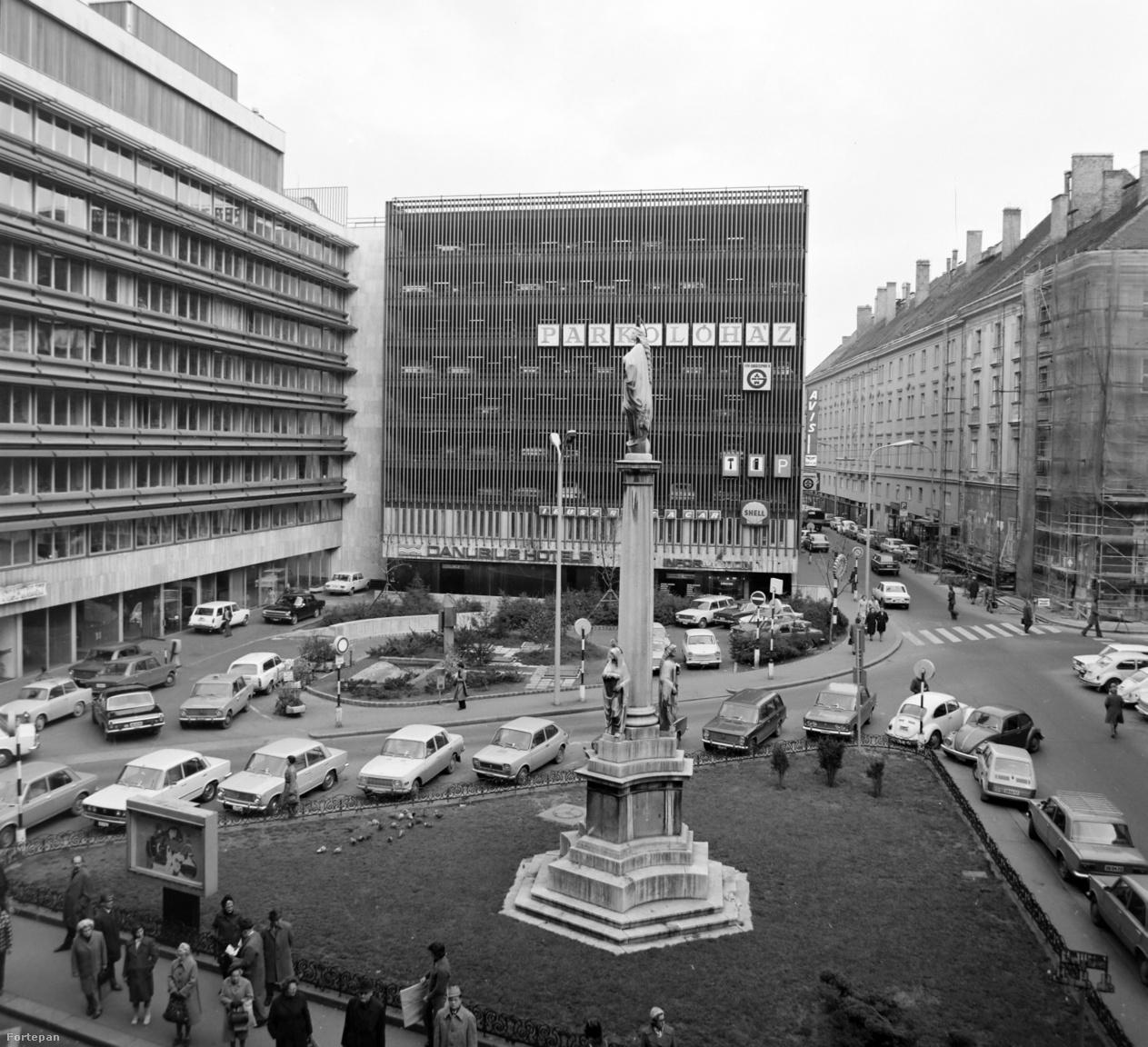 Már a hetvenes években felismerték, hogy a fizetős parkolási övezet önmagában kevés, P+R parkolók kellenek a HÉV- és metróállomások mellé (meg is épült 3000 parkolóhelynyi), valamint elkezdődött a belvárosi parkolóházak építése. Az első fecske a Martinelli (ma Szervita) téri parkolóház volt 1973-ban. A különben garázsként a társépítők tulajdonát képező 304 fedett és 45 nyitott autóférőhely 80 százalékát 8-17 óra között bárki igénybe vehette óránként 5 forintért. A házban szervizállomás és Shell-kút is működött. Az 2000-re évekre leharcolttá vált, kihasználatlan parkolóházat nemrég bontották le, helyén luxuslakásokat, irodákat és üzlethelyiségeket magában foglaló üvegborítású épület épül, 300 férőhelyes mélygarázzsal.