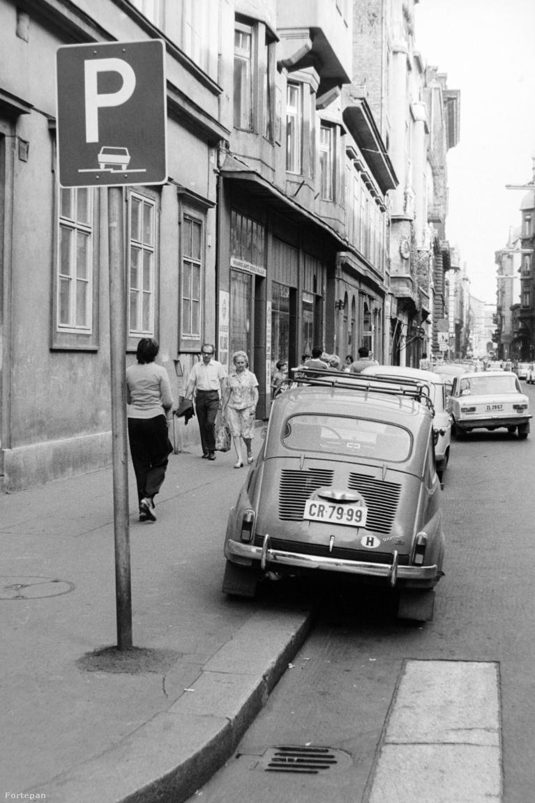 Sokáig tartott, amíg polgárjogot nyert, amit az autók számának növekedése elkerülhetetlenné tett: a járdán parkolás. 1978-ban már tábla tette lehetővé a fél kerék járdára emelését a budapesti Belvárosban is, sőt, ha már ott állt, kötelezett is arra, hogy fel kell rá hajtani, hogy az úttesten könnyen elférhessen a rendszeresen errejáró busz is. A lehetőséggel sokan éltek, de ekkor is volt már, aki okosba' oldotta meg, és inkább még egy parkolósávot foglalt magának az úton.