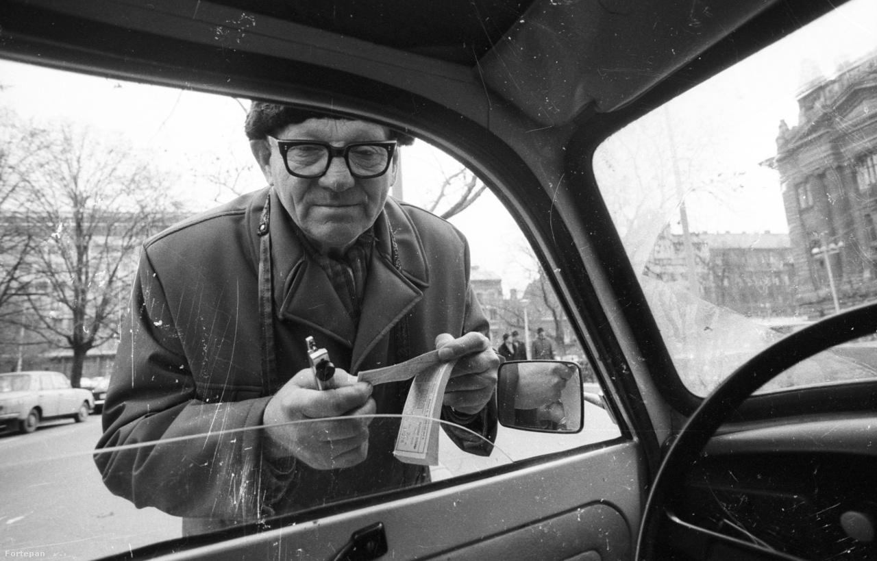 """Az automata azonban sokáig még úri huncutságnak számított a parkolás történetében. 1979-ben a 3826 fizető parkolóhelyet 903 parkolóóra látta el, amihez 1980-ban még 400 újabb érkezett. Az ellenőrzést főleg idősebb """"táskás bácsik"""" végezték, ahogy akkoriban nevezték őket. A parkolóőrök mogorvasága már akkor legendás volt, Temesi László, a Fővárosi Garázsipari Vállalat igazgatója 1982-ben így mentegette őket:                         Az őrök — 90-100 órára jut egy — idős emberek, mind nyugdíjasok. Nézze, én személy szerint egyáltalán nem csodálkozom, ha néha elvesztik a türelmüket, annyi gorombaságban van részük."""