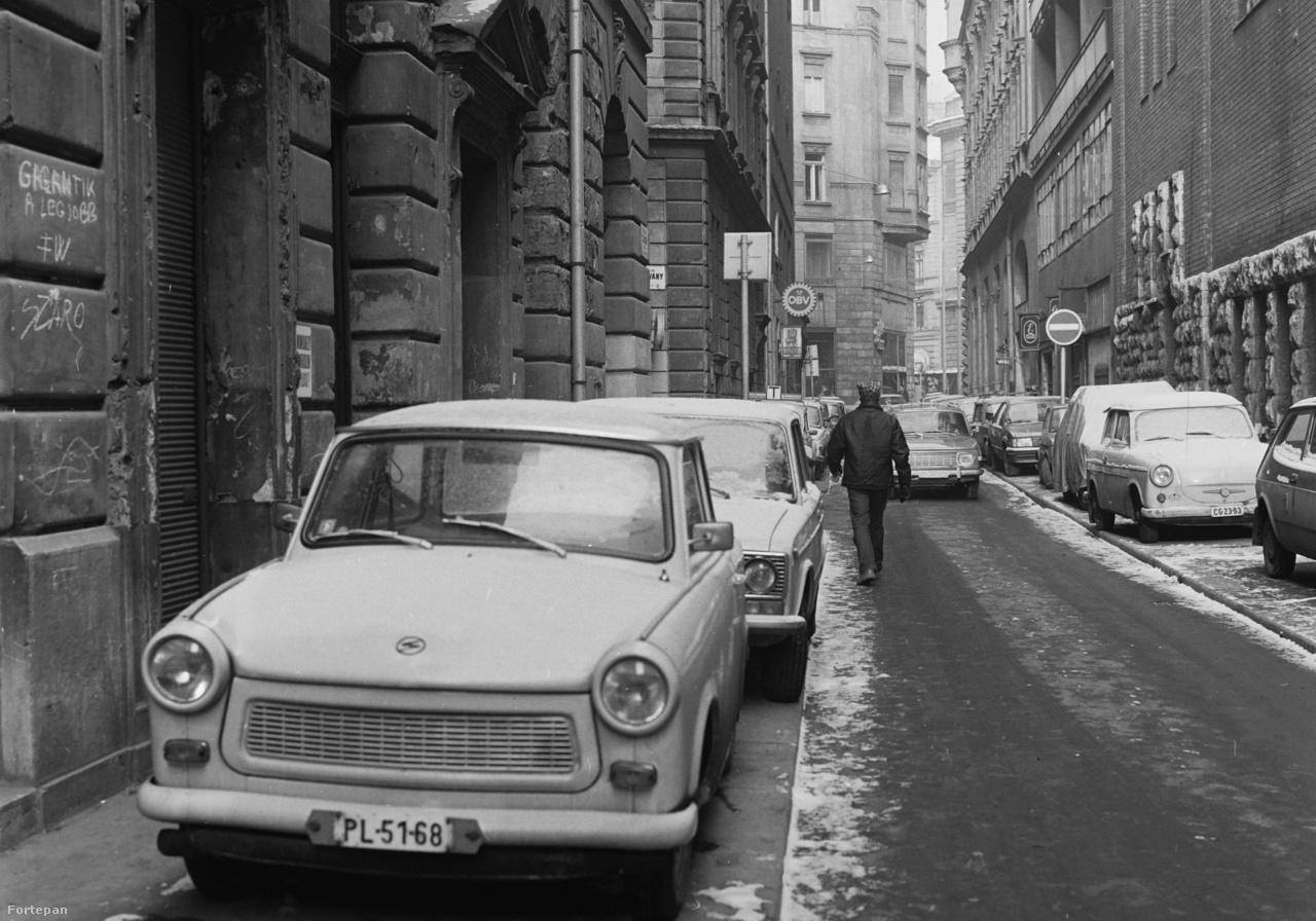 A pesti belváros szűk utcáin nem mindenhol tudtak parkolókat felfesteni, a gépkocsik száma pedig egyre nőtt. Az akkoriban népszerű Trabantok, Ladák pedig parkoló hiányában szép sorban felálltak a járdára és egyre gyakoribb lett, hogy a gyalogosok kénytelenek voltak a közutat használni járdaként. A jelenség máig nem szűnt meg, annak ellenére, hogy ma már törvény szabályozza, mennyi helyet kell hagyni a gyalogosoknak a járdán.