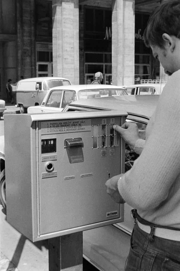 1977-ben technológiai ugrás következett be: a Fővárosi Garázsipari Vállalat kísérletképpen felszerelte az első parkolási díjbeszedő automatákat az Erzsebet-híd alatti területen, a Madách téren, valamint a Március 15-e téren. Bojár Sándor a Madách téri automatadoboz tesztelését kapta lencsevégre. A parkolási díj bedobására az automata kártyával válaszolt, amelyen a várakozási idő lejártának hete, napja, órája és perce szerepelt.