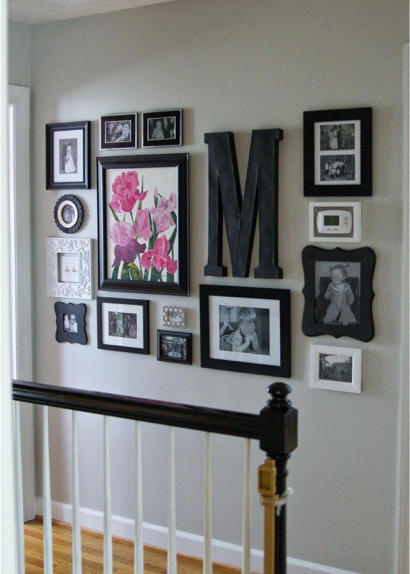 Ezt a falat a sokféle formájú és méretű képkeret teszi tetszetőssé, ám ezek egyszínűek, így még mindig elegáns az összhatás. A család vezetéknevének kezdőbetűje is a falra került, ezt hobbiboltban kapható hungarocell betűvel utánozhatod.