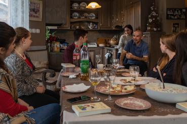 Sári barátai minden karácsonykor meglátogatják a családot. Ilyenkor mesélnek arról, hogy kivel, mi történt az év folyamán.