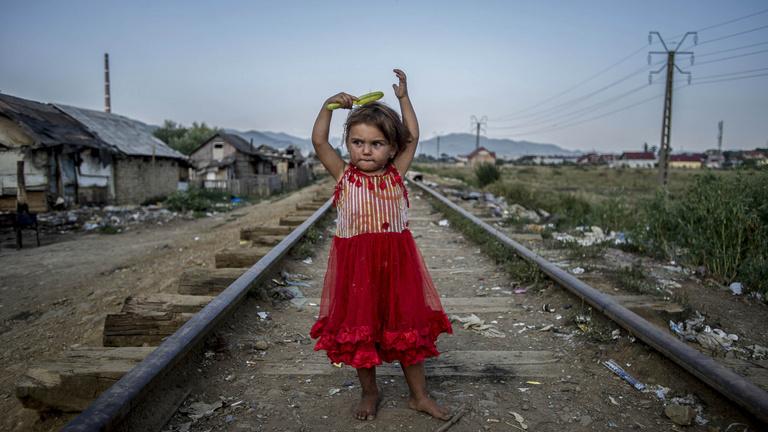 Egy romániai gettó és a lány, aki csak pislogni tud