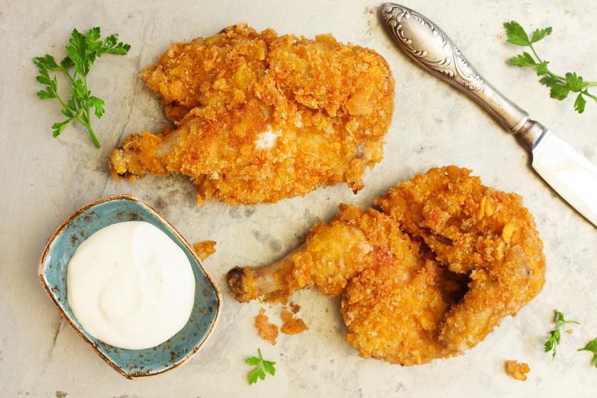 Fűszeres csirkecomb corn flakes bundában: nem lesz olajszag, ha sütőben sütöd