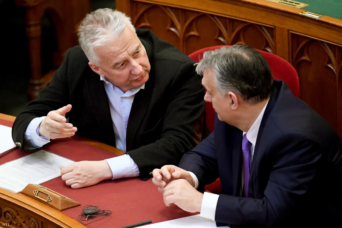 Semjén Zsolt (balra) és Orbán Viktor beszélgetnek az Országgyűlés 2020. március 10-i plenáris ülésén