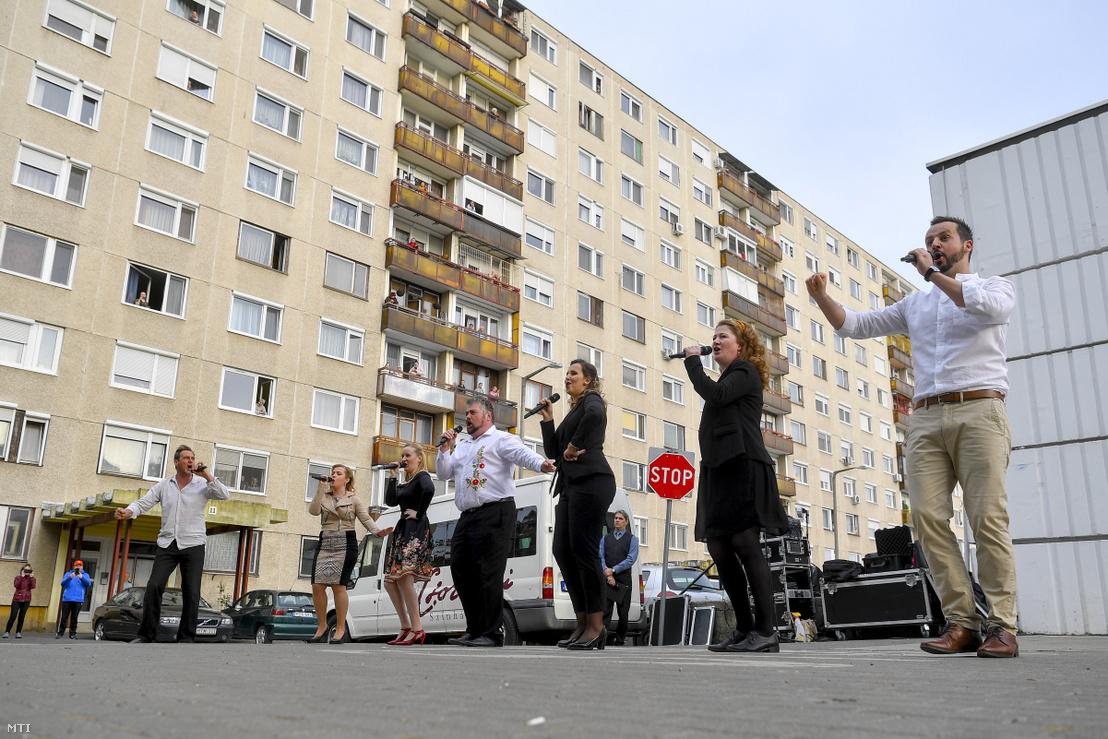 A Csokonai Nemzeti Színház énekkarának tagjai énekelnek a Vénkerti-lakótelepen Debrecenben 2020. április 13-án. A koronavírus-járvány miatt a színház tagjai Csokonai-szerenádok néven a város lakótelepeit járva rövid szórakoztató műsort adnak a lakóknak.