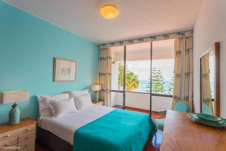 Ilyen meleg színek után szinte meglepő, hogy az egyik hálószobában ez a hideg kék szín dominál, mindenesetre mi ezt is elfogadnánk magunknak