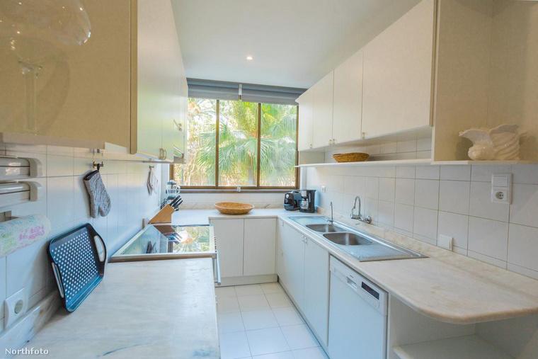 A ház két konyhája közül az egyiket láthatja, mely visszafogott fehér színű