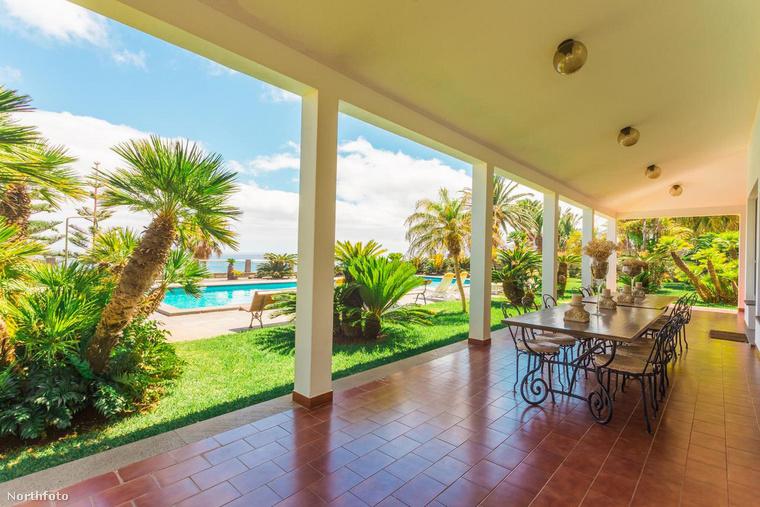 A házhoz egy impozáns terasz is tartozik, a pálmafákkal ékesített kertben pedig egy hatalmas úszómedence is megbújik