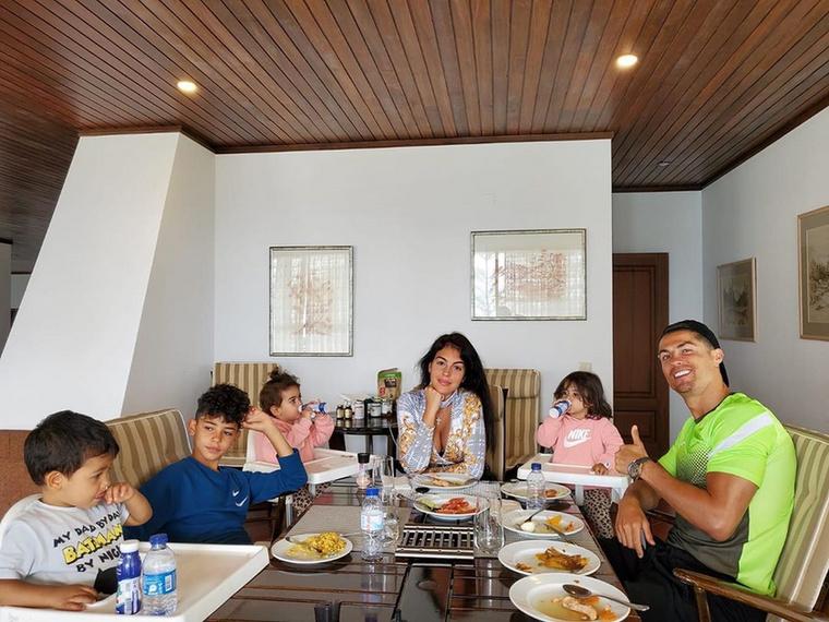 Ronaldo Insta-oldalára is posztolt már néhány képet, ami itt készült, itt van mindjárt ez a húsvéti kép, ahol a népes család körbeülte az asztalt, hogy boldogan elfogyasszák kiadós ünnepi lakomájukat