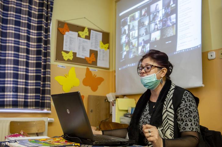 Egy pedagógus távoktatásban tanít az egri Eszterházy Károly Egyetem Gyakorló Általános, Közép-, Alapfokú Művészeti Iskola és Pedagógiai Intézetében 2020. március 23-án