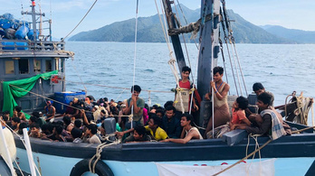 Négyszáz rohingja menekült hánykolódott hónapokig a tengeren, most mentették ki őket