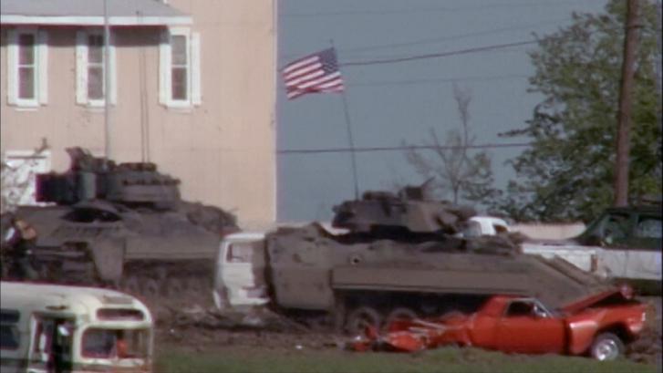 A Mount Carmel Center körül járőröző és pusztító páncélosok Wacóban