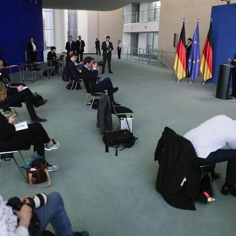 Angela Merkel német kancellár a koronavírus-helyzettel kapcsolatos óvintézkedésekről tart sajtótájékoztatót a berlini kancellárián 2020. április 6-án.