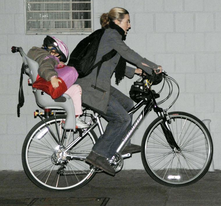 Ezen a paparazzo fotón Kate Winsletet láthatja, aki szintén ügyel arra, hogy gyermekeit megóvja a nyilvánosságtól