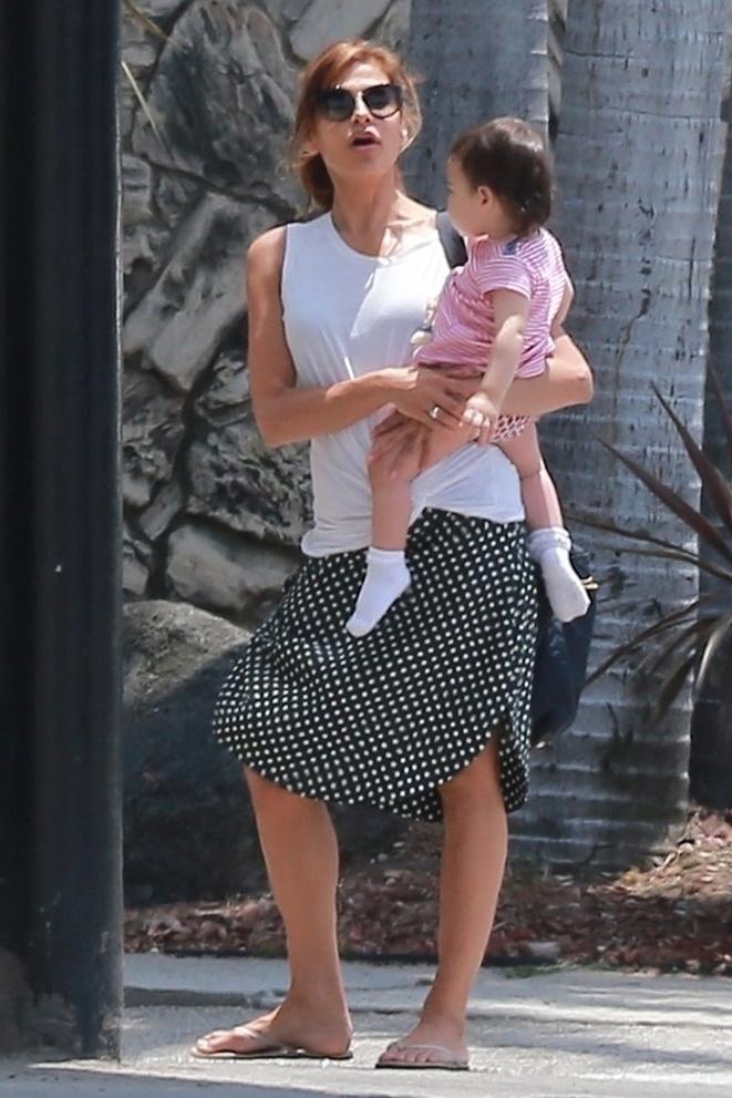 Ez pedig Eva Mendes, jól bebugyolált gyermekével a karján