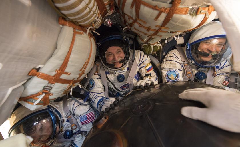 Fyodor Yurchikhin - középen - a Szojuz MSZ–04 űrhajó fedélzetén, 2017 szeptemberében.