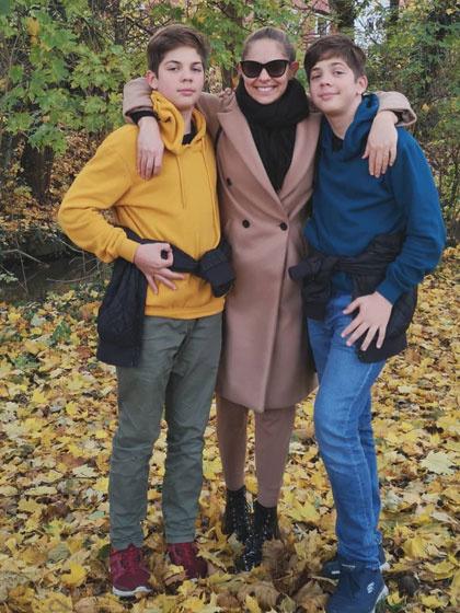Bence és Bálint már édesanyjuk fejére nőttek, magasabbak, mint ő.