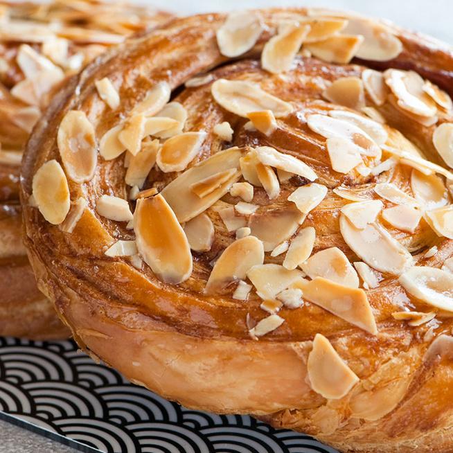 Ragacsos, édes fahéjas-karamellás tekercs – Leveles tésztából pillanatok alatt kész