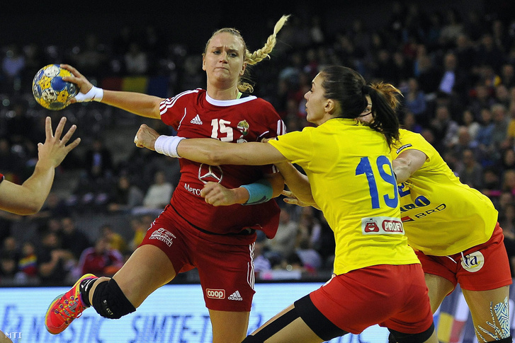 Klivinyi Kinga (b), valamint a román Cristina Zamfir (k) és Oana Manea (j) a női kézilabda Kárpát Kupa felkészülési torna döntőjében játszott Magyarország - Románia mérkőzésen Kolozsváron 2016. november 27-én.
