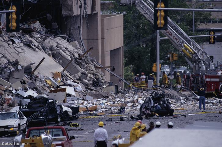 A robbanás okozta pusztítás nyomai