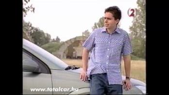 Közveszélyes kisfiú az Opel Vectra kormánya mögött