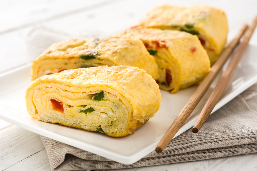 Ilyen a pillekönnyű japán omlett, a tamagoyaki – Zöldségekkel és sajttal is gazdagíthatod