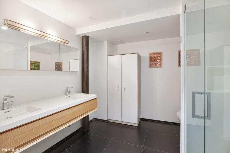 Íme egy fehéren csillogó fürdőszoba, amiben a modell és az énekes biztosan hangosan énekelve mosnak fogat
