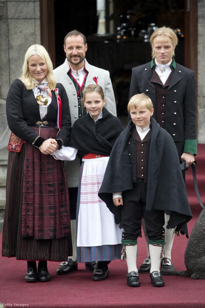 Ugyanakkor 2012-ben  Marius Borg Høiby is magára haragította a királyi családot, amikor engedély nélkül posztolt néhány képet hétköznapi életükről közösségi oldalán