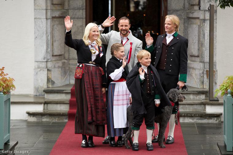 Senkit ne tévesszen meg a bájos és vidám integetése a királyi családnak, valójában picit ők is unják a felhajtást  májusi nemzeti ünnepük ceremóniáján