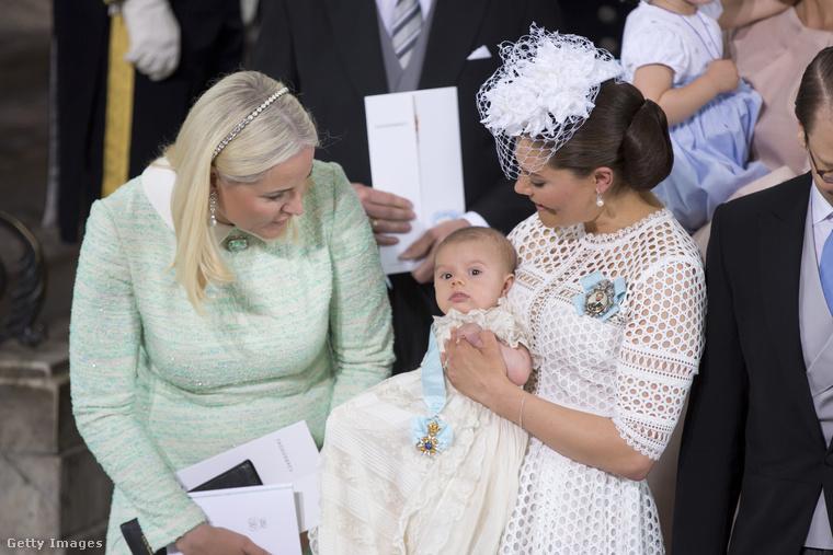 Itt pedig Mette-Marit Tjessem Høiby mosolyog szélesen Oszkárra, Viktória svéd hercegnő kisebbik fiának, akinek a keresztelőjén készült ez a kép