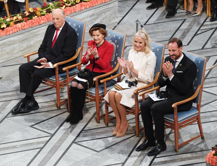 Itt pedig talán az egyik legelőkelőbb kötelességüknek tesz eleget a királyi család: a béke Nobel-díjat 2019-ben Oszlóban adtál át, ahonnan természetesen ők  sem hiányozhattak