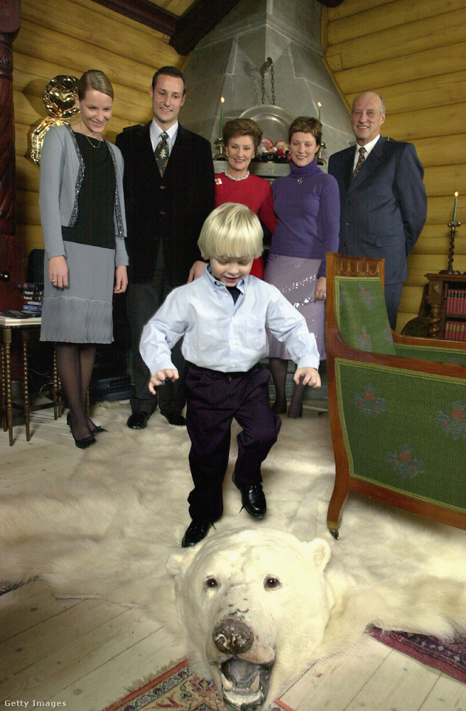 És ha már a vicces családi képeknél tartunk: ezen a néhány évvel ezelőtti képen  Sverre Magnus betámadja a szőnyegként funkcionáló kiterített medve fejét