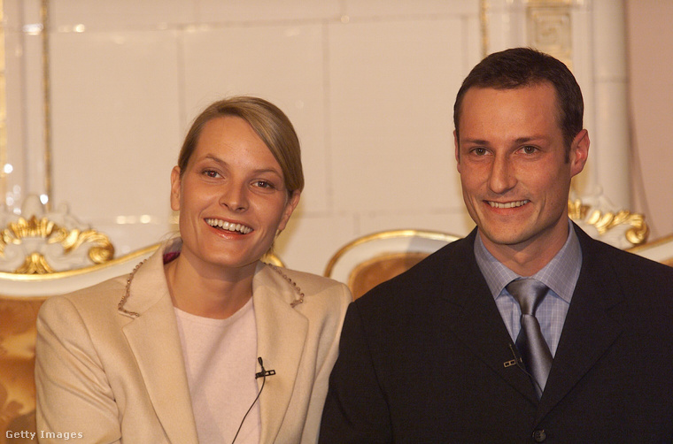 2001-ben házasodott meg, a képen látható  Mette-Marit Tjessem Høiby kezét kérte meg, aki az eljegyzéskor még nem volt kimondottan népszerű a norvégok körében
