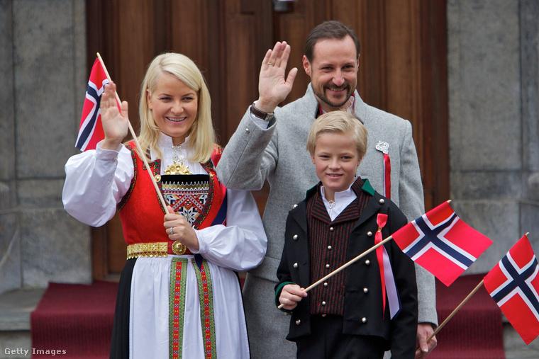 Az 1997-ben született Marius Borg Høiby pár évvel idősebb féltestvéreinél, és bár anyjáért sokáig nem rajongtak az északi országban, Marius is megjelent már több nyilvános eseményen is anyja, és mostohaapja mellett