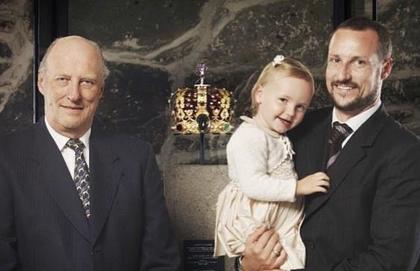Íme egy kép a norvég királyi család három generációjáról, miután pedig kigyönyörködte magát benne, folytatjuk is Mette-Marit előző kapcsolatából született fiával