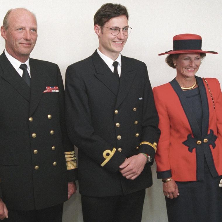 A fiatal herceg a norvég haditengerészetnél is szolgál, egyetemen pedig Kaliforniában tanult, politikatudományt