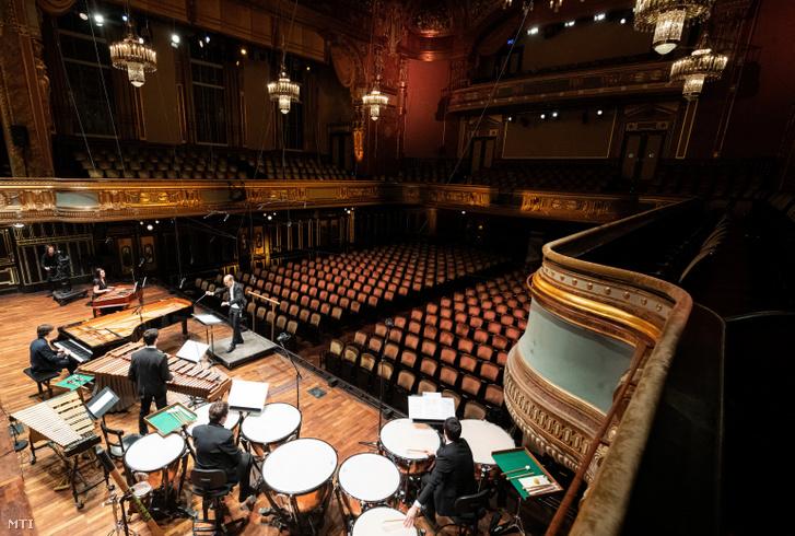 Üres széksorok az Óbudai Danubia Zenekar Kurtág/Haydn/Dvorák című koncertjén a Zeneakadémia Nagytermében 2020. március 13-án. A koronavírus-veszély miatt zárt ajtók mögött tartott hangversenyt élőben közvetítették online-felületeken.