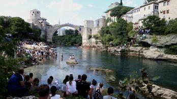 Kétszázezer maszkot és tízezer orvosi védőruhát ajándékoztunk Boszniának