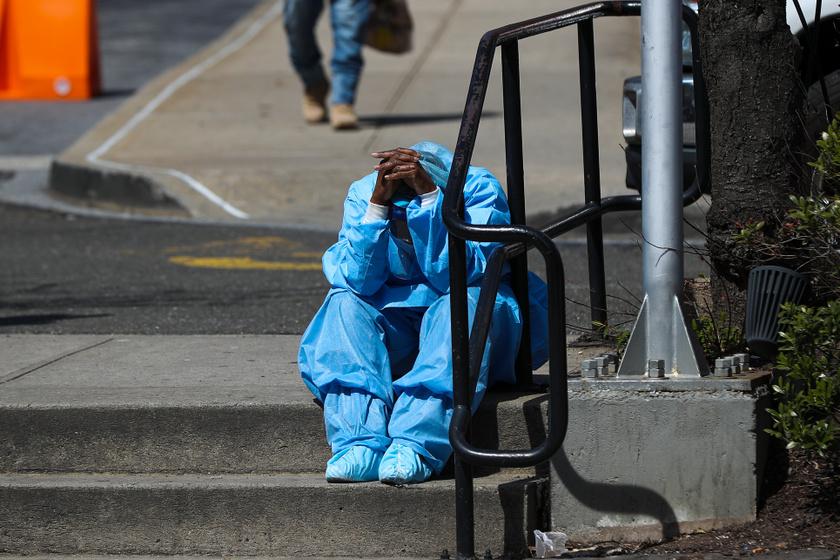 Egészségügyi dolgozó a Brooklyn Hospital Center előtt, New Yorkban. A metropolisz a koronavírus-járvány egyik gócpontja az Egyesült Államokban.