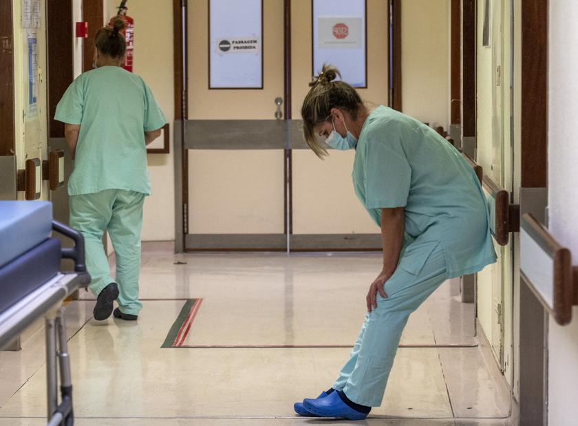 Fáradt ápoló a műszak végén a lisszaboni Santa Maria Kórházban.