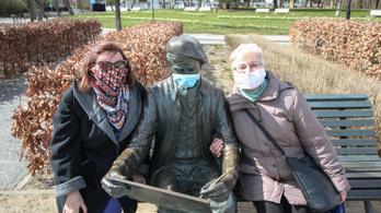 Lengyelországban a védőoltás kifejlesztéséig kötelező marad a maszkviselés