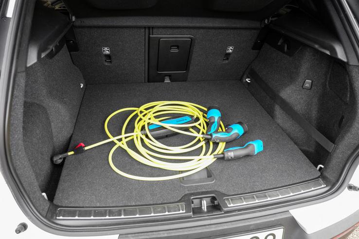 Megkaptam a kocsihoz a feláras gyorstöltő-kábelt is