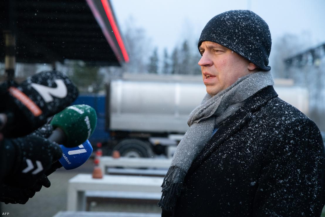 Juri Ratas 2020. március 14-én, az Észtország és Lettország közötti Ikla határátkelőhelyen tett látogatása során beszélt a sajtóval, mivel a kormány az új koronavírus elterjedése nyomán rendkívüli helyzetet hirdetett meg.