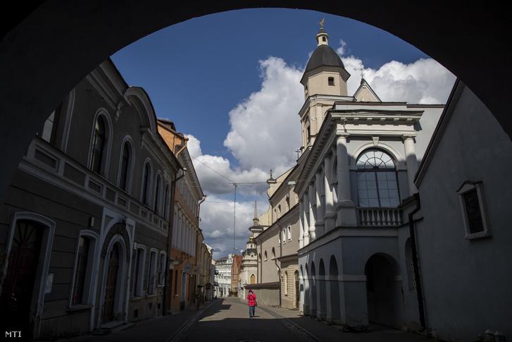Csaknem néptelen utca a litván főváros Vilnius óvárosában 2020. április 4-én.